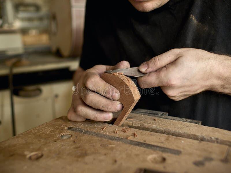 Luthier altera a cabeça da guitarra clássica fotografia de stock