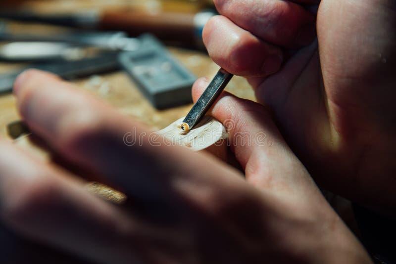 Luthier Arbeiten des Vorlagenhandwerkers an der Schaffung einer Violine sorgfältige Einzelheit über Holz lizenzfreie stockfotografie