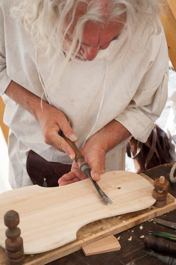 Luthier budowy średniowieczny nawleczony instrument obraz royalty free