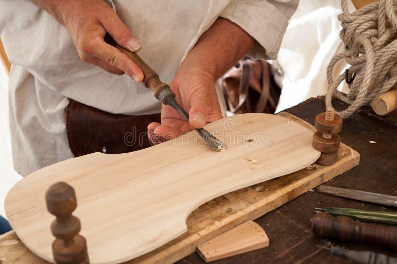 Luthier budowy średniowieczny nawleczony instrument zdjęcie stock