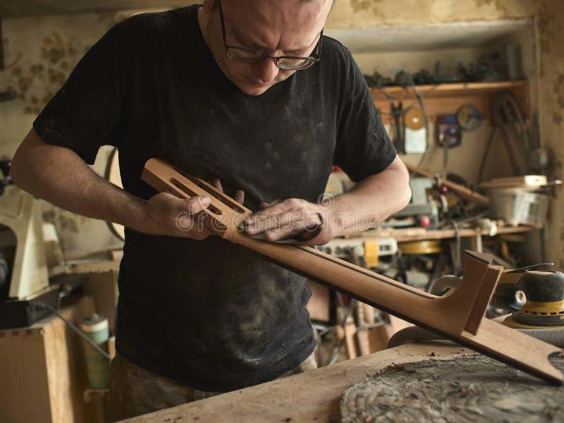 Luthier está trabalhando imediatamente após a guitarra clássica imagem de stock