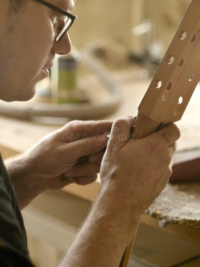 Luthier está trabalhando imediatamente após a guitarra clássica fotografia de stock
