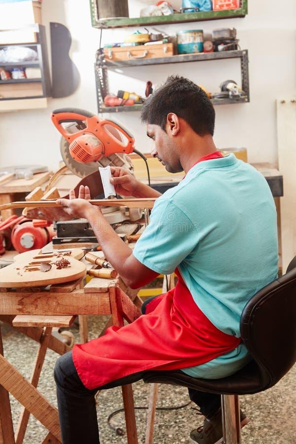 Luthier fonctionnant avec le mètre de rayon photographie stock