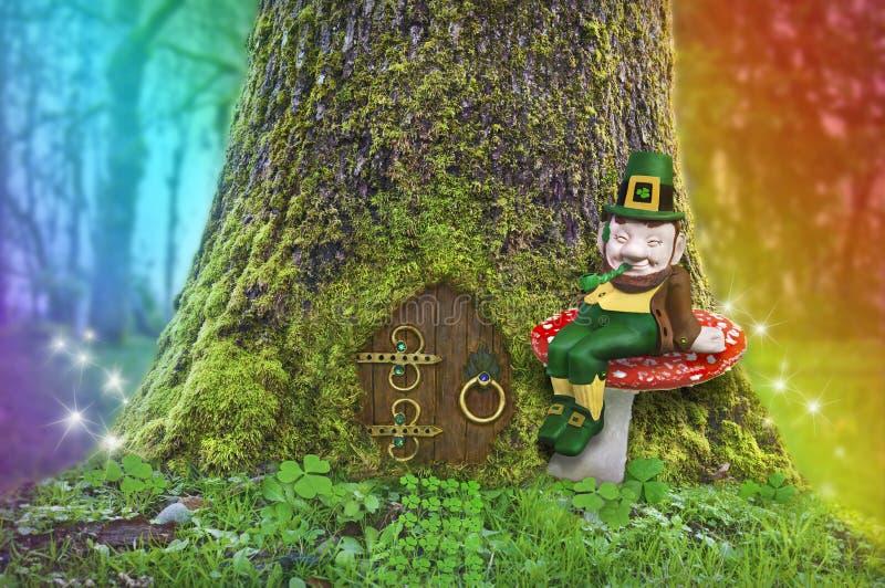 Lutin se reposant sur un champignon dans la forêt avec l'arc-en-ciel et les quirlandes électriques photographie stock libre de droits