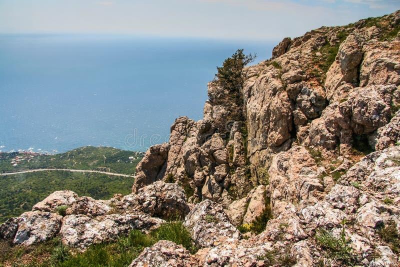 Lutningarna av bergen nära byn av Laspi royaltyfria bilder