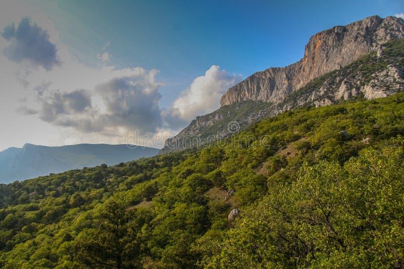Lutningarna av bergen nära byn av Laspi royaltyfri foto