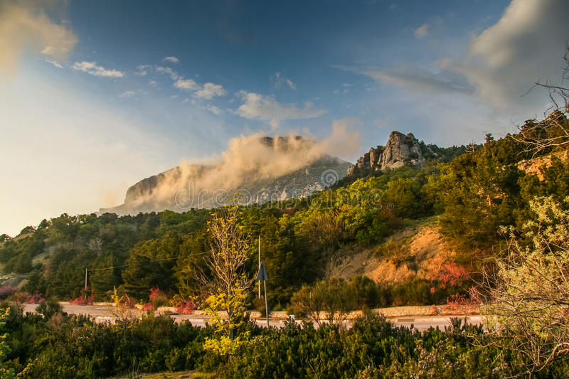 Lutningarna av bergen nära byn av Laspi arkivbilder