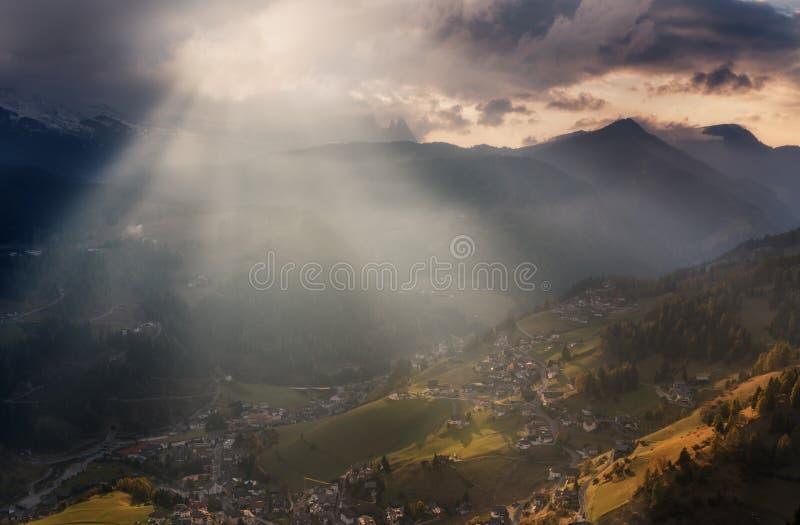 Lutningarna av byn av Santa Cristina Val Gardena i aftonsolsken royaltyfria bilder