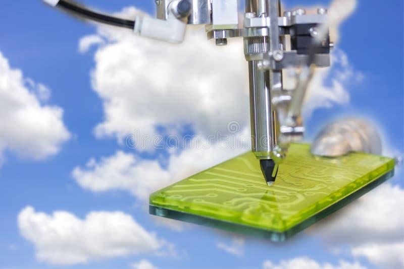 Lutowniczego żelaza porady automatyzujący rękodzielniczy lutowanie i zgromadzenie drukująca elektrycznego obwodu deska na niebies zdjęcia stock