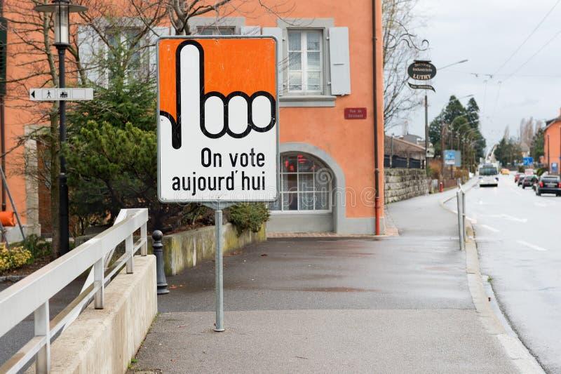 LUTRY, kanton VAUD, SZWAJCARIA WRZESIEŃ 14, 2014: Głosować znaka na ulicie obraz royalty free