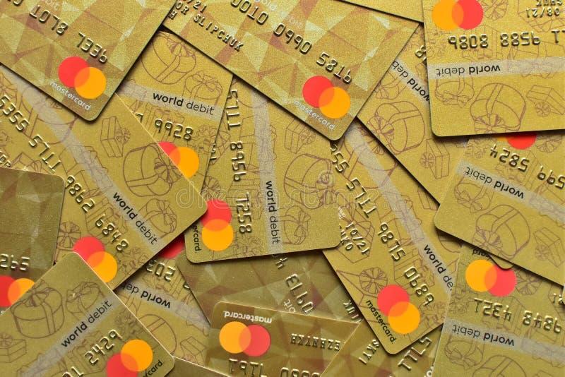 LUTSK, UCRANIA - 3 de febrero de 2019: Pila de tarjetas Mastercard, de crédito, de debe y de electrónico, en Lutsk, Ucrania, en f imágenes de archivo libres de regalías