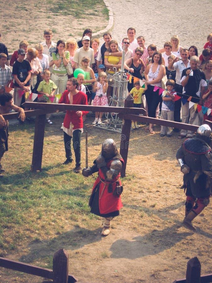 Lutsk Ukraina - Augusti 23, 2008: Festival av medeltida kultur i den forntida slotten Historisk rekonstruktion av en duell av royaltyfri foto