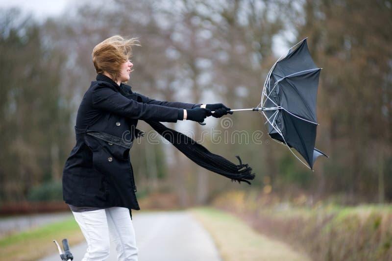 Lutter contre le vent photographie stock