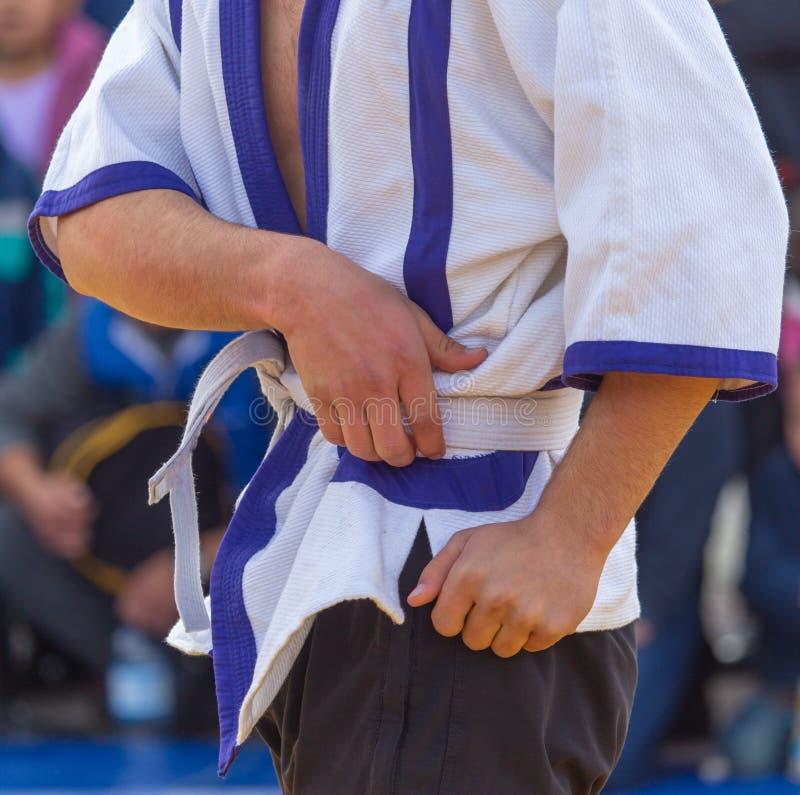 Lutteur dans le kimono dans la formation images libres de droits