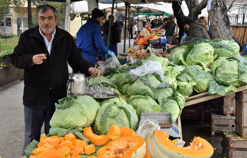 Luty, 2019, Ankara, Turcja - scena od tureckiego ulicznego rynku dokąd pospolite turczynki robią zakupy dla dziennych potrzeb zdjęcie stock