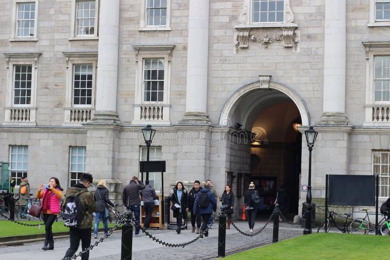 Luty 18 2018, Dublin Irlandia: Redakcyjna fotografia ucznie gromadzi się wokoło wejścia trójca obraz stock