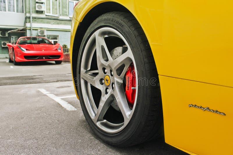 Luty 27, Ukraina, Kijów; Ferrari 458 Italia i Ferrari 458 pająk fotografia stock