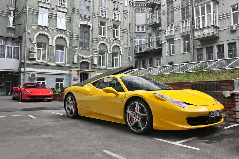 Luty 27, Ukraina, Kijów; Ferrari 458 Italia, Ferrari 458 pająk, kolor żółty i czerwień, obrazy stock
