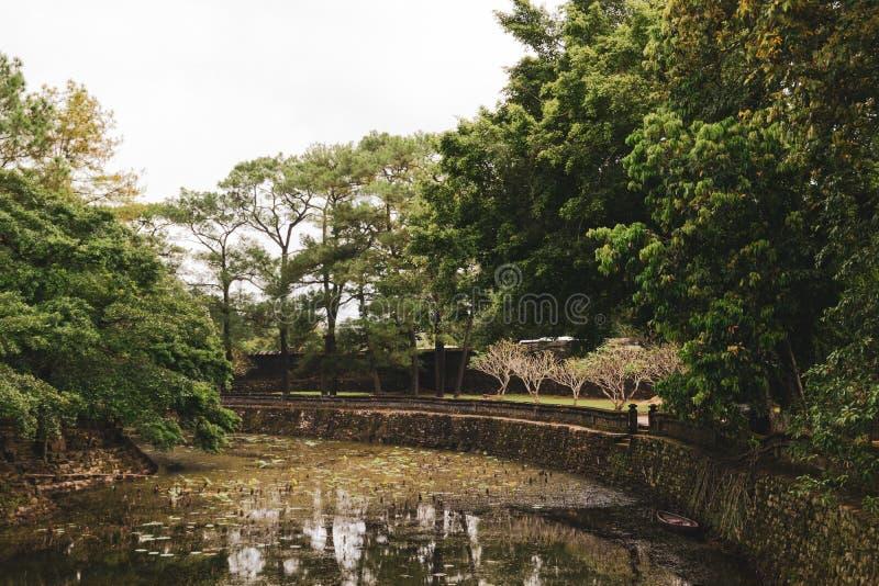 Luu Khiem湖令人惊讶的看法在嗣德帝皇家坟茔的夏天好日子在颜色,越南 颜色是一个普遍的旅游目的地 免版税库存图片