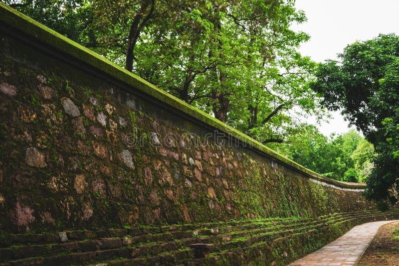 Luu Khiem湖令人惊讶的看法在嗣德帝皇家坟茔的夏天好日子在颜色,越南 颜色是一个普遍的旅游目的地 免版税库存照片