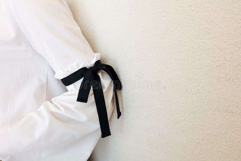 Luva branca longa com detalhes pretos do estilo do laço da corda Feche acima da forma na moda fotografia de stock royalty free