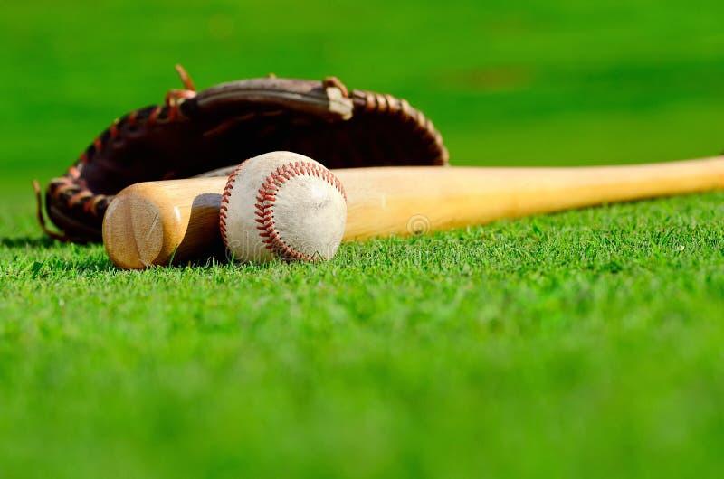 Luva de beisebol com bola e bastão fotos de stock royalty free