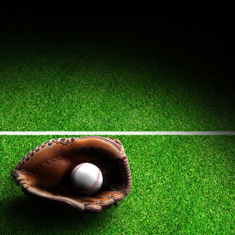 Luva de beisebol e bola no campo com espaço da cópia foto de stock