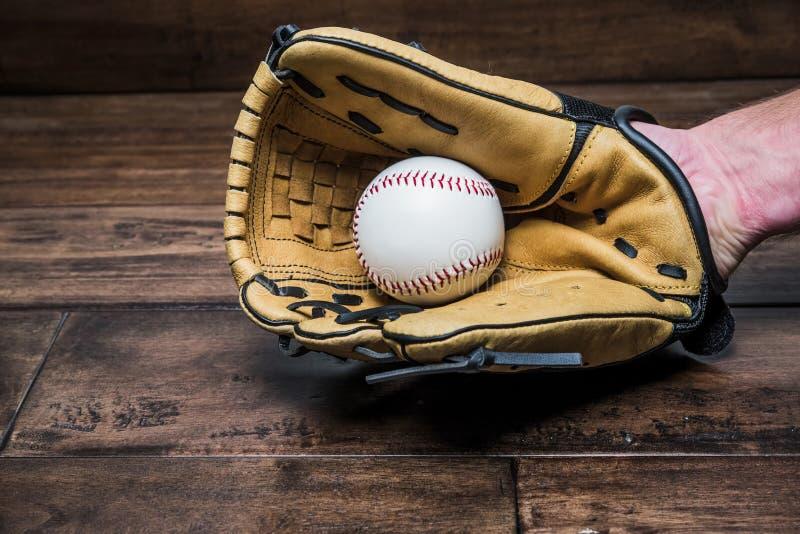 Luva de beisebol em sua mão com a bola foto de stock