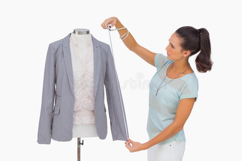 Luva de medição do blazer do desenhador de moda no manequim imagens de stock royalty free
