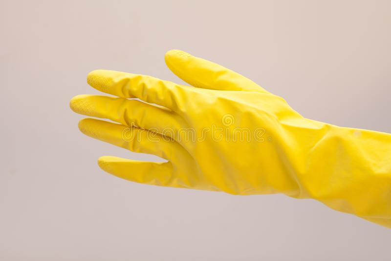 Luva do látex para limpar na mão foto de stock royalty free