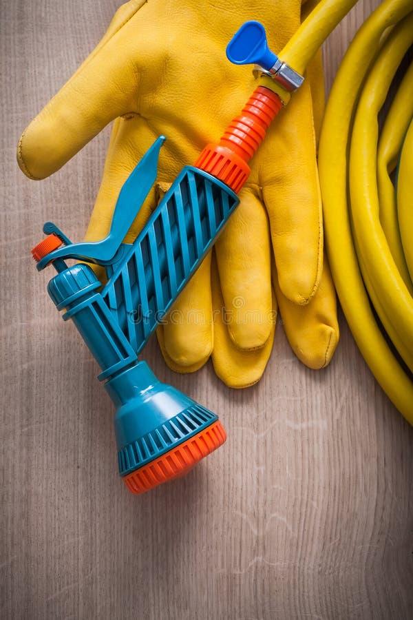 Luva e mão de jardinagem amarelas de couro da segurança imagens de stock
