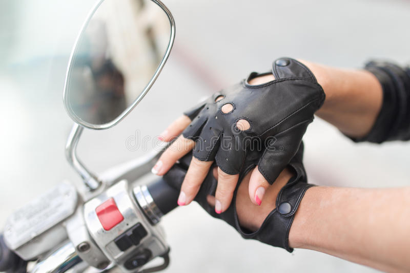 Luvas da motocicleta com mão imagens de stock royalty free