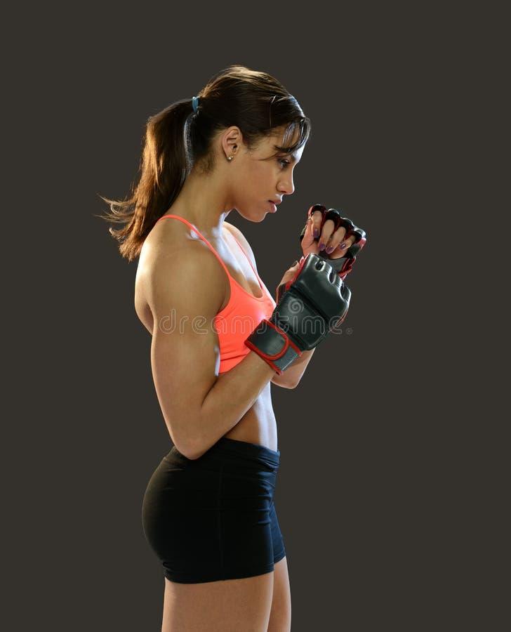 Luvas de combate vestindo da jovem mulher fotos de stock royalty free
