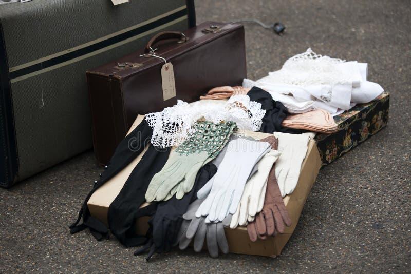 Luvas de couro com uma mala de viagem que está no pavimento em um fle fotos de stock royalty free