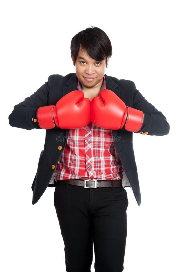 Luvas de encaixotamento asiáticas do desgaste do homem de negócios prontas para lutar fotografia de stock