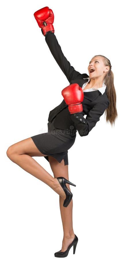 Luvas de encaixotamento desgastando da mulher de negócios foto de stock