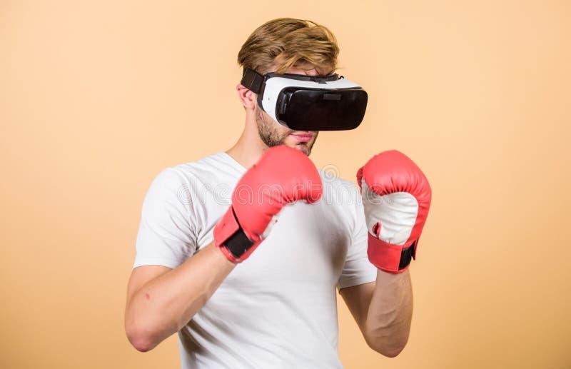 Luvas de encaixotamento do desportista do Cyber Jogo do jogo do homem em vidros de VR Conceito do esporte do Cyber Auriculares da imagens de stock