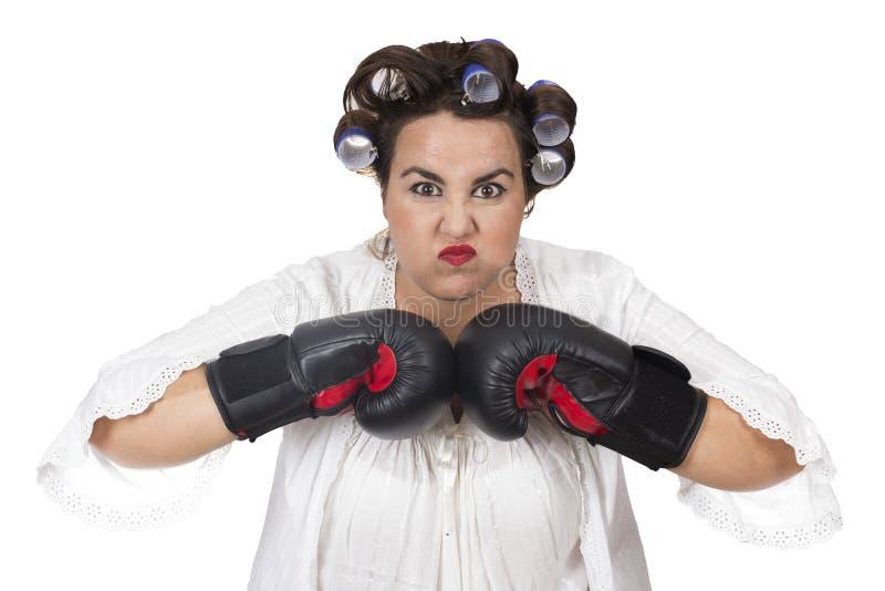 Luvas de encaixotamento vestindo da mulher excesso de peso irritada fotos de stock royalty free