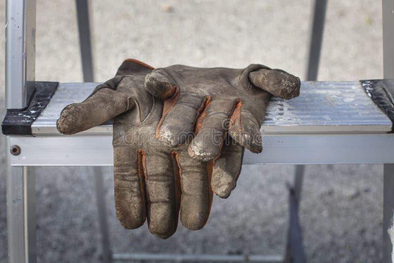 Luvas de trabalho usadas e sujas em escadas na Finlândia imagem de stock royalty free