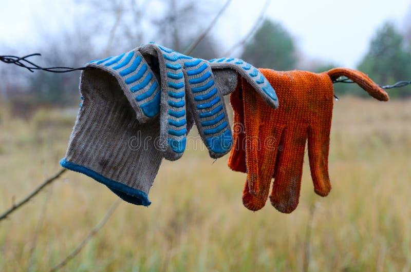 Luvas do trabalho sujo que penduram no arame farpado na zona de exclusão de Chernobyl, Ucrânia imagens de stock