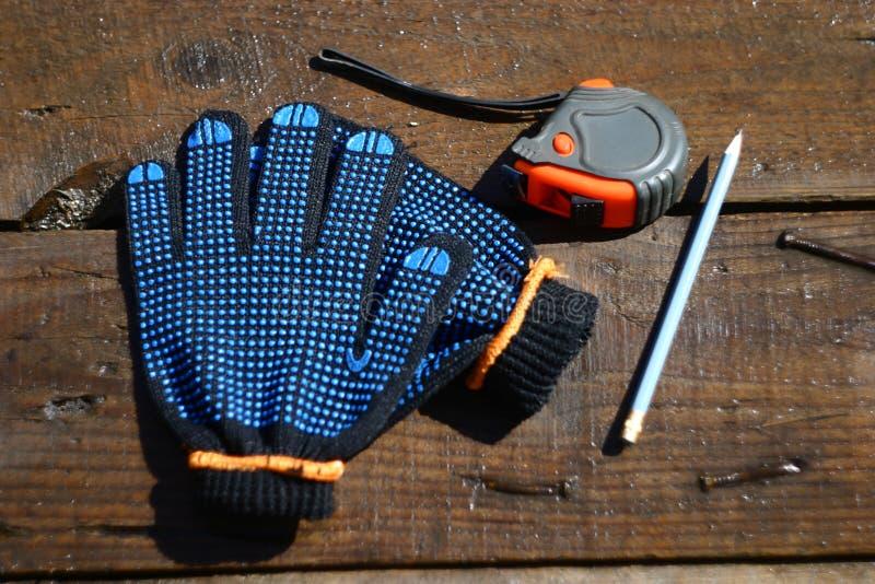 Luvas e ferramentas do trabalho foto de stock