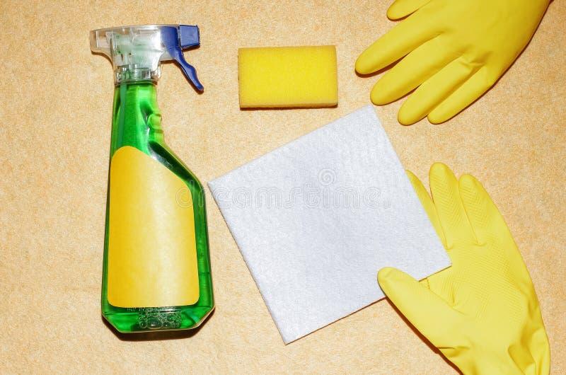 Luvas e produtos de limpeza para a casa Toalhas de rosto do sabão na aba fotos de stock