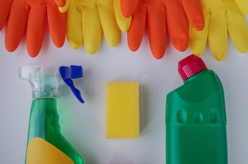 Luvas e produtos de limpeza para a casa Toalhas de rosto do sabão na aba fotografia de stock royalty free