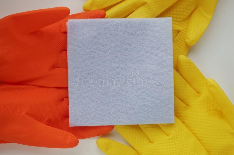 Luvas e produtos de limpeza para a casa Toalhas de rosto do sabão na aba imagem de stock