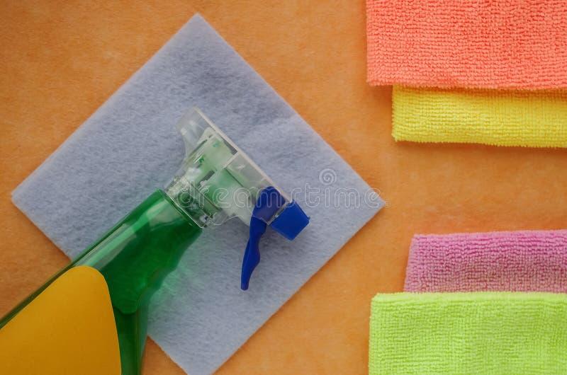 Luvas e produtos de limpeza para a casa Toalhas de rosto do sabão na aba fotos de stock royalty free