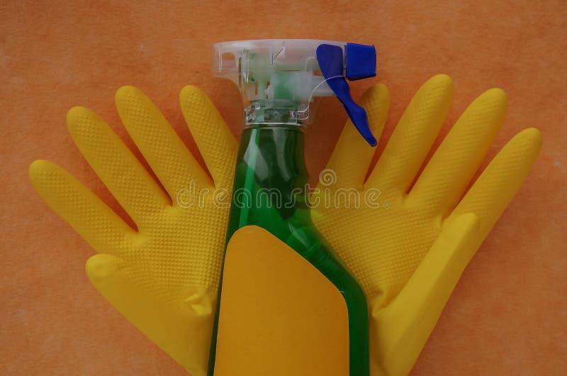 Luvas e produtos de limpeza para a casa Toalhas de rosto do sabão na aba imagem de stock royalty free