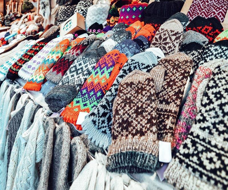 Luvas, peúgas e chapéus coloridos mornos dos mitenes em uma das tendas no mercado do Natal do inverno Riga em Letónia imagem de stock