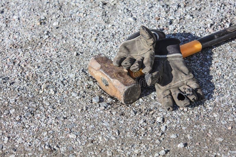 Luvas quebradas do trabalho e martelo grande imagens de stock royalty free