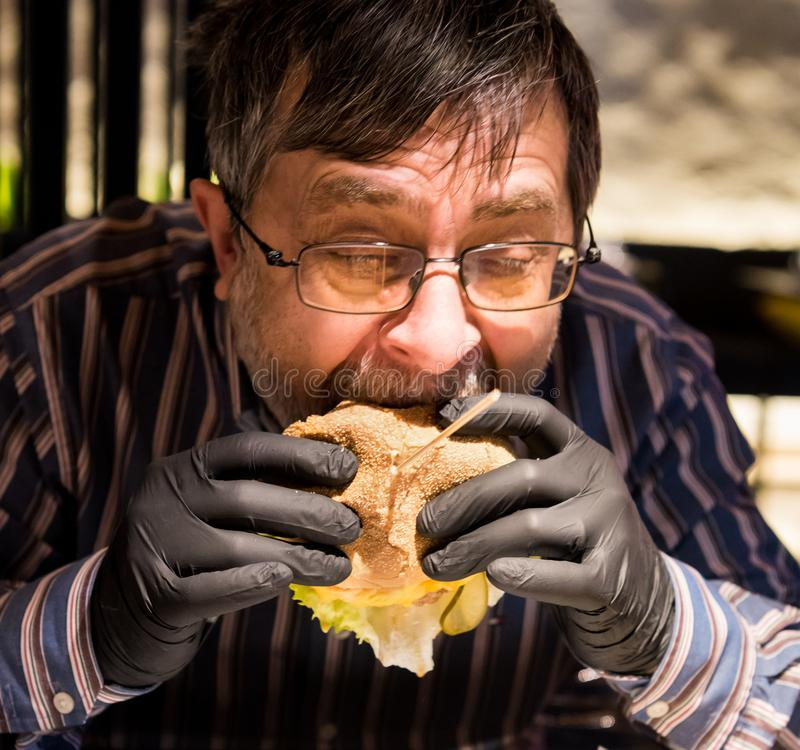 Luvas saborosos antropófagas superiores do preto do burgerin fotografia de stock