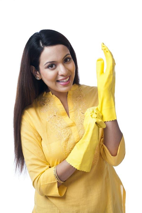 Luvas vestindo da mulher fotografia de stock royalty free